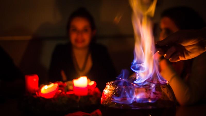 Bei der Feuerzangenbowle kommt man gut ins Gespräch. Ein geniales Dankeschön für die Arbeit der KjG